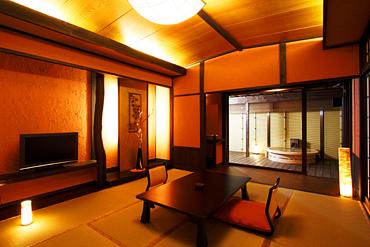 写真:「別邸れとろ」テラス・露天風呂付き和モダン客室
