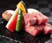 写真:別注料理「和牛の溶岩焼き」