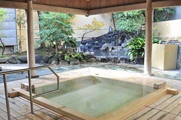 写真:露天風呂(樹齢300年の高野槙・男性用)