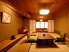写真:和室10畳(檜の内風呂+洗浄機付トイレ)