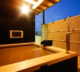 写真:「松の間」客室露天風呂(桧風呂)