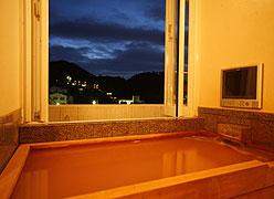 写真:「万両の間」客室露天風呂(桧風呂)