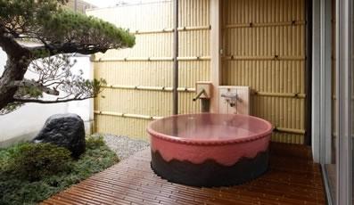庭園露天風呂付客室:信楽の湯(赤)