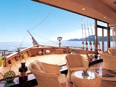 写真:オープンロビーと舟型デッキ