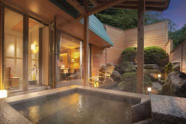 写真:風の香りただようウッドデッキ&客室専用露天風呂
