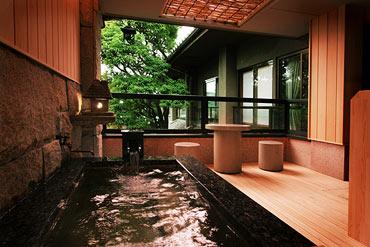 写真:露天風呂付客室 金桜