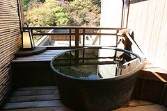 写真:樅_陶器の露天風呂