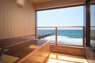 写真:花月 檜の露天風呂風呂 昼景
