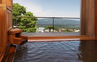写真:総檜の露天風呂付き客室(次の間付)