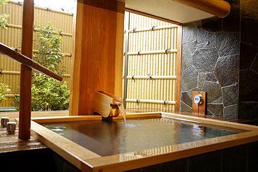 写真:源泉かけ流し貸切半露天風呂「青松の湯」