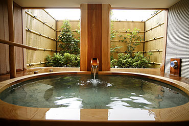 写真:源泉かけ流し貸切半露天風呂「白砂の湯」
