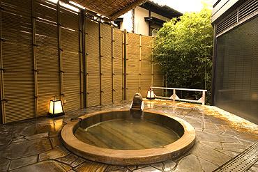 写真:女性露天風呂 古代檜の浴槽