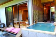写真:西館露天風呂付客室