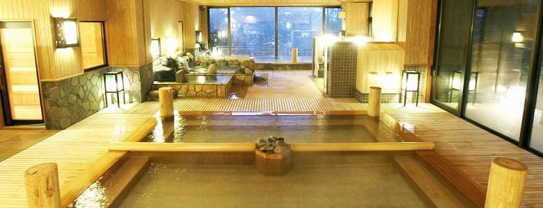 館内に2種の源泉と13種のお風呂をゆっくり満喫… 3種の貸切風呂も自由に湯めぐり。