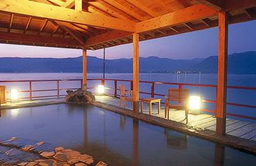 写真:湖上露天風呂:朝陽