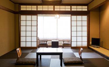 写真:和紙の灯りのシンプル和室。