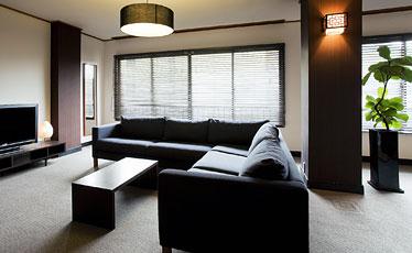 写真:広々リビング+ゆったり和室の和洋室。