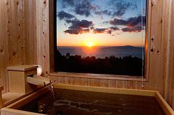 写真:ヒノキの天然温泉露天風呂