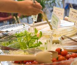写真:朝食バイキングサラダ