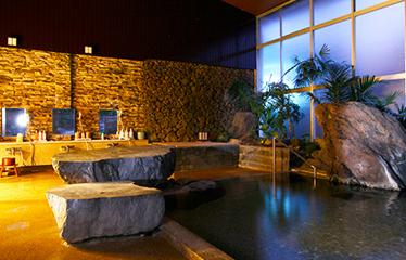 写真:石和・活性石温泉の大浴場
