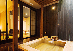 写真:リビング付き和洋室:半露天風呂
