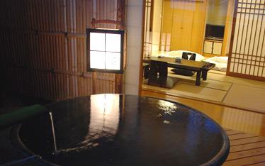 写真:露天風呂付客室「葵(あおい)」