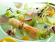 写真:自家菜園野菜・戸田産赤座海老・地磯鮑のサラダ
