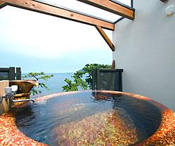 写真:展望貸切露天風呂|信楽焼炎火三彩釉「天」