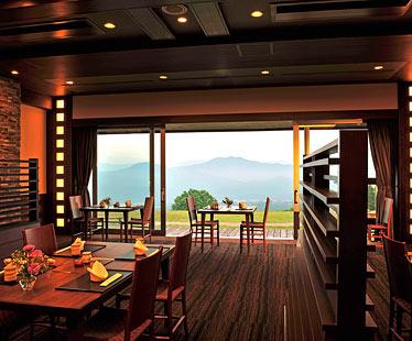 写真:日本海の魚介や妙高の山の幸を盛り込んだ日本料理