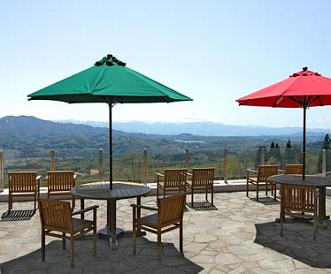写真:信越の山々や野尻湖を一望するカフェテラス