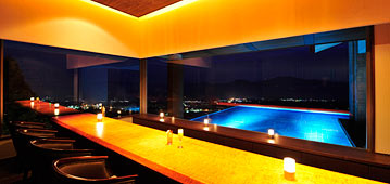 写真:ライトアップされた水盤を眺める幻想的な雰囲気のアクアバー