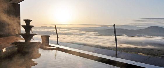 写真:標高1000mからのさえぎるもの一つなく見渡す絶景。ときには、温泉に入りながら雲海を眺めることもできる。