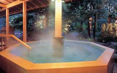写真:腰掛風呂「八角腰掛風呂」