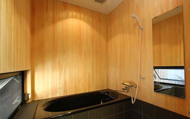 写真:坪庭を眺めながら堪能できる浴室