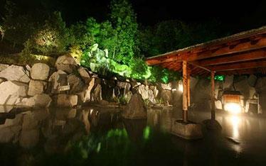 写真: 天然温泉露天風呂「朝妻の湯」ライトアップ