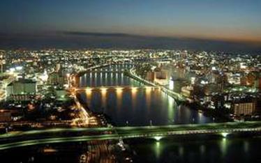 写真:客室から見た夕方の新潟市街と信濃川