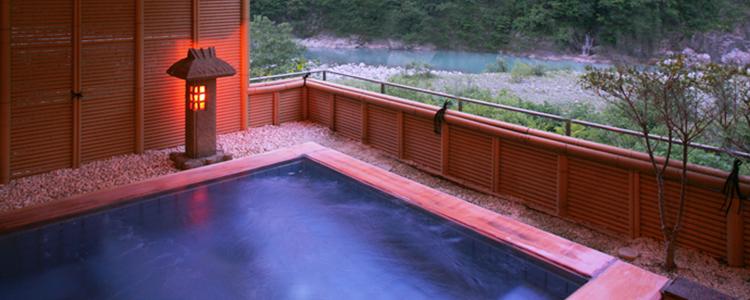 写真:幽玄な渓谷美を楽しめる露天風呂