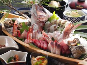 【舟盛会席×部屋食<温泉露天風呂付き客室>】当館人気1位の舟盛り会席と鯛兜の荒炊きや牛肉料理を味わう