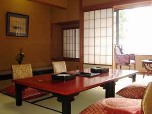本館・標準客室:本間10畳以上の旅館らしい和室 夕食はお部屋