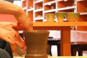 【陶芸体験60分コース付き】電動ろくろ又は手びねりで作品づくり~作品のお届けは≪送料無料!≫