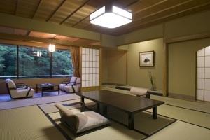 鶴仙渓の渓谷美を望む坪庭付客室【和室】:◆ダイニング食