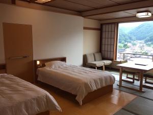 【ベッド&椅子テーブルのお部屋16畳】温泉街や山々を一望◆禁煙