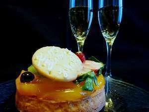 【記念日】カップルにもご夫婦にもオススメ♪ケーキとスパークリングワインで乾杯