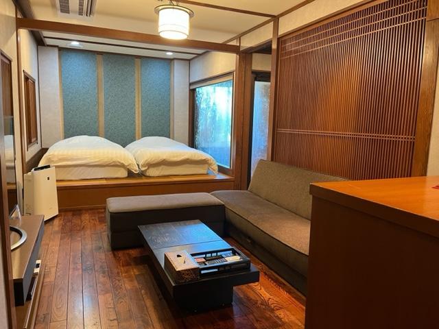本館「小湧」源泉かけ流しの半露天風呂付洋室 (33.67平米)