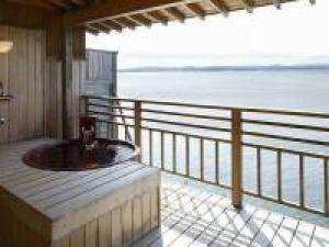 【 利久・露天風呂付客室 】 波穏やかな海景を目の前で楽しむ温泉露天風呂付客室 のんびり贅沢ステイ