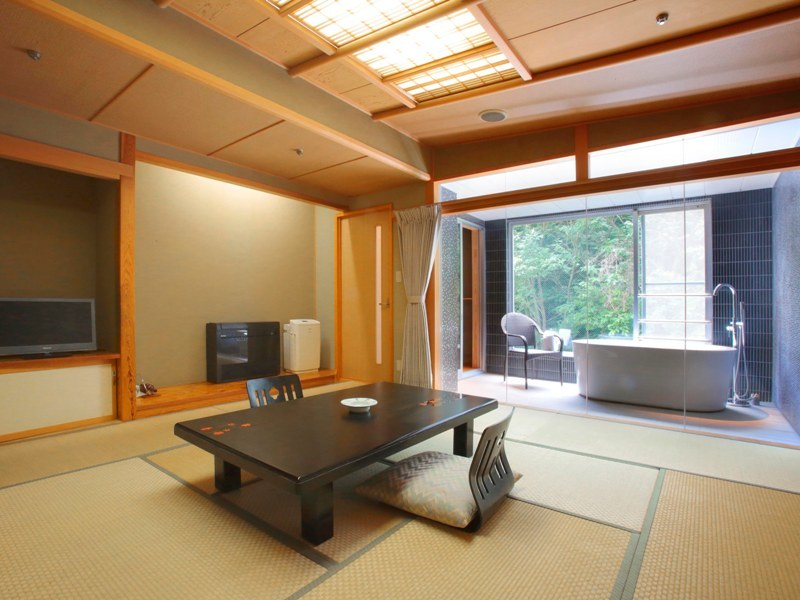 【部屋食または個室食】大きな窓が開放的!半露天風呂付き客室★和牛&鮑の最強グルメ会席!