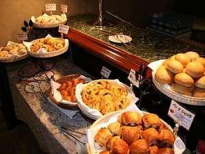 『朝食(バイキング)』と『好立地』で決めるホテル選び。朝食のイチオシは焼きたてパン!