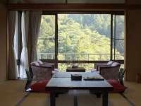 大自然の緑の中、静寂な空間に癒される『和室』