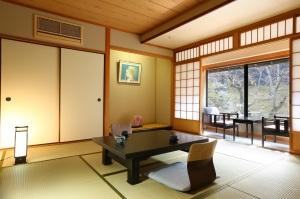 古泉閣 和室10畳(55平米)【定員4名】お食事処半個室広間