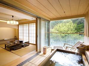 【かけ流し露天風呂付き客室】 渓谷側の和洋室タイプ